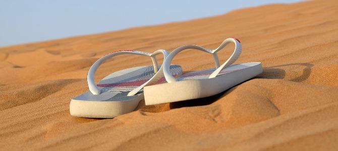 Slippers op het zand