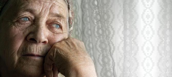 oudere bedroefde vrouw