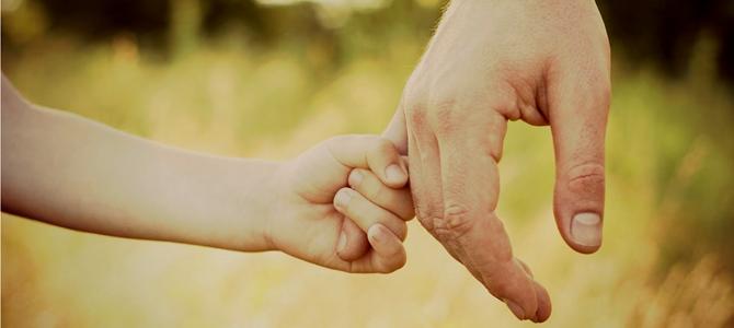 vader en kind handen