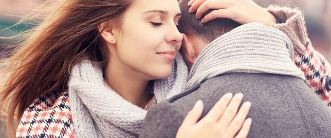 Vrouw omhelst man
